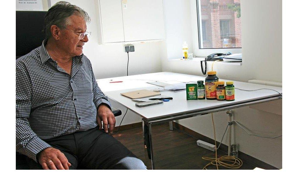 Prof. Alt blickt auf Vitaminpräparate